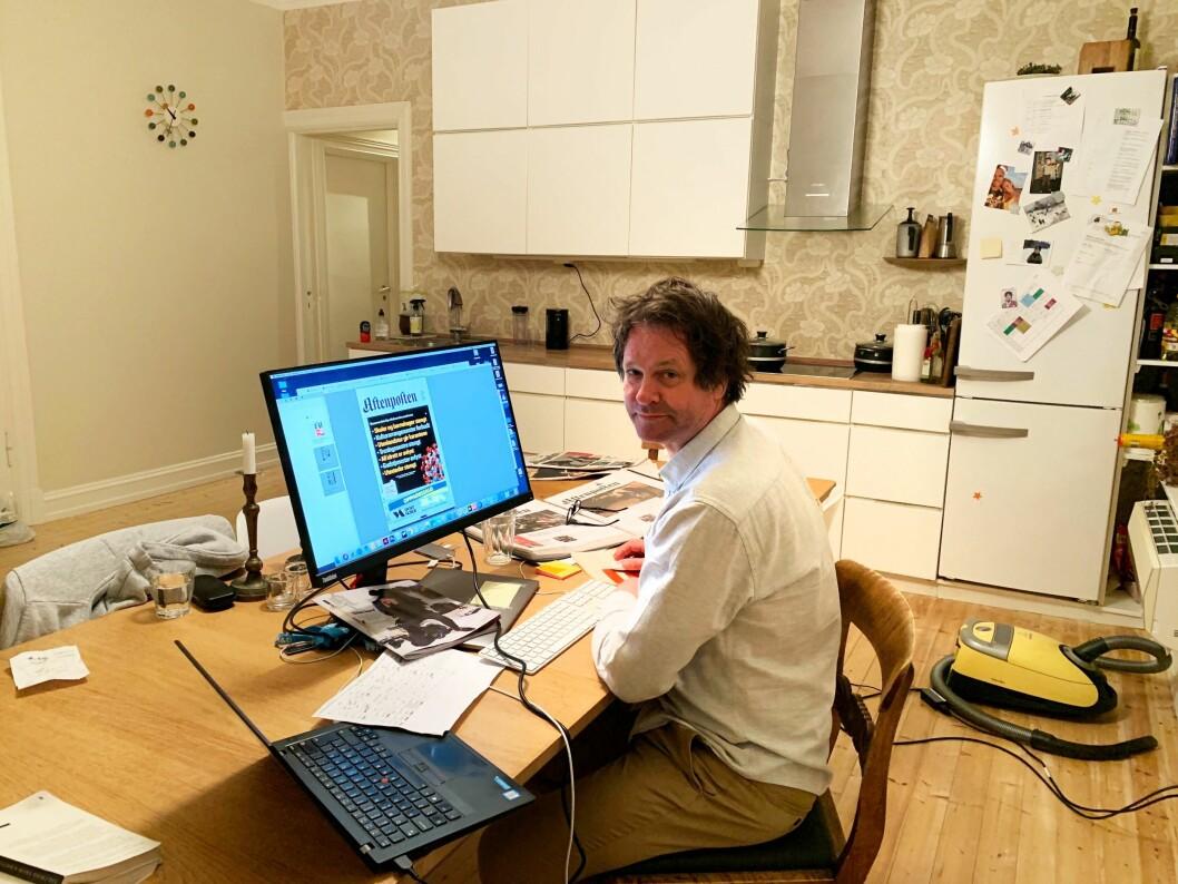 Vaktsjef Asbjørn Bakke hjemme på kjøkkenet med førstesiden