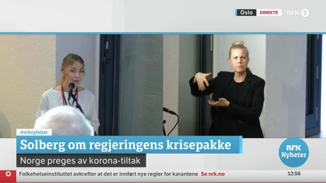 Journalistene - i dette tilfellet Hanne Christiansen fra Aftenposten - gikk frem til en fastmontert mikrofon på fredagens pressekonferanse hos SMK, for unngå smittespredning.
