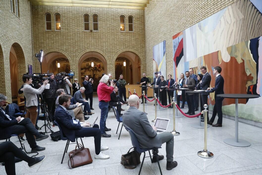 Pressekonferanse på Stortinget i forbindelse med regjeringens krisepakke mandag, der journalistene og fotografene satt med én meters avstand.
