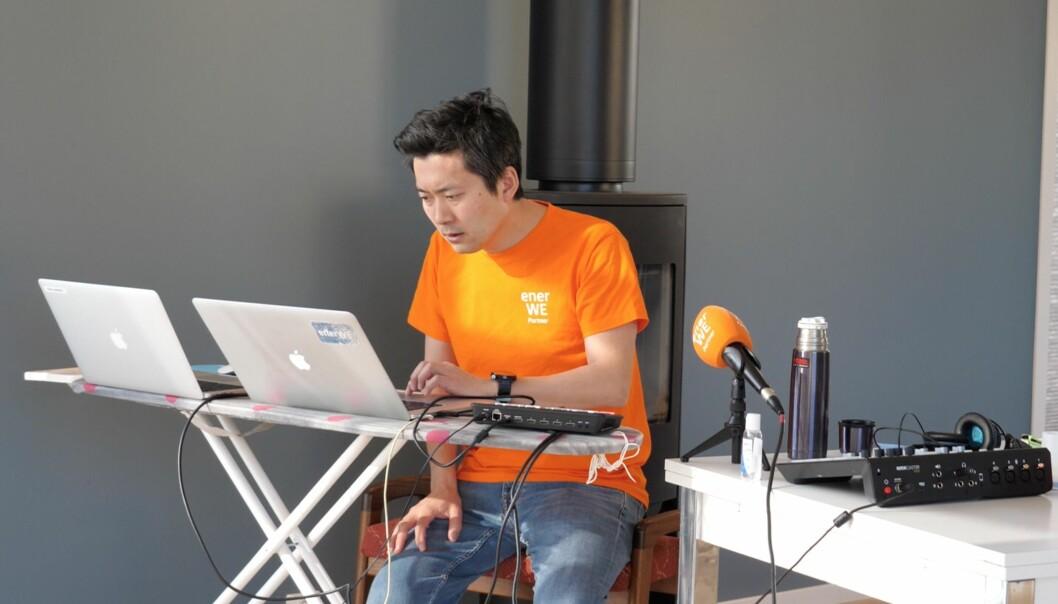 Gründer og administrerende direktør Chul Christian Aamodt i nettavisen Enerwe. Her fra sitt koronakontor, som han streamer live.
