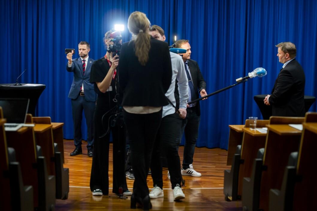 Helseminister Bent Høie, avdelingsdirektør i Folkehelseinstituttet, Line Vold og fungerende assisterende direktør i Helsedirektoratet, Espen Nakstad, blir intervjuet av media etter en pressekonferanse om håndteringen av koronavirusutbruddet i Norge.