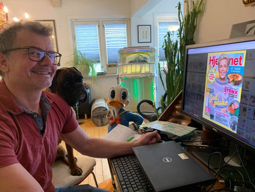 Fungerende redaktør i Norges største ukeblad, Ole Martin Bjørklid, hevder han har HJEMMET-kontor i stedet for hjemmekontor. Her med bokseren Zita.