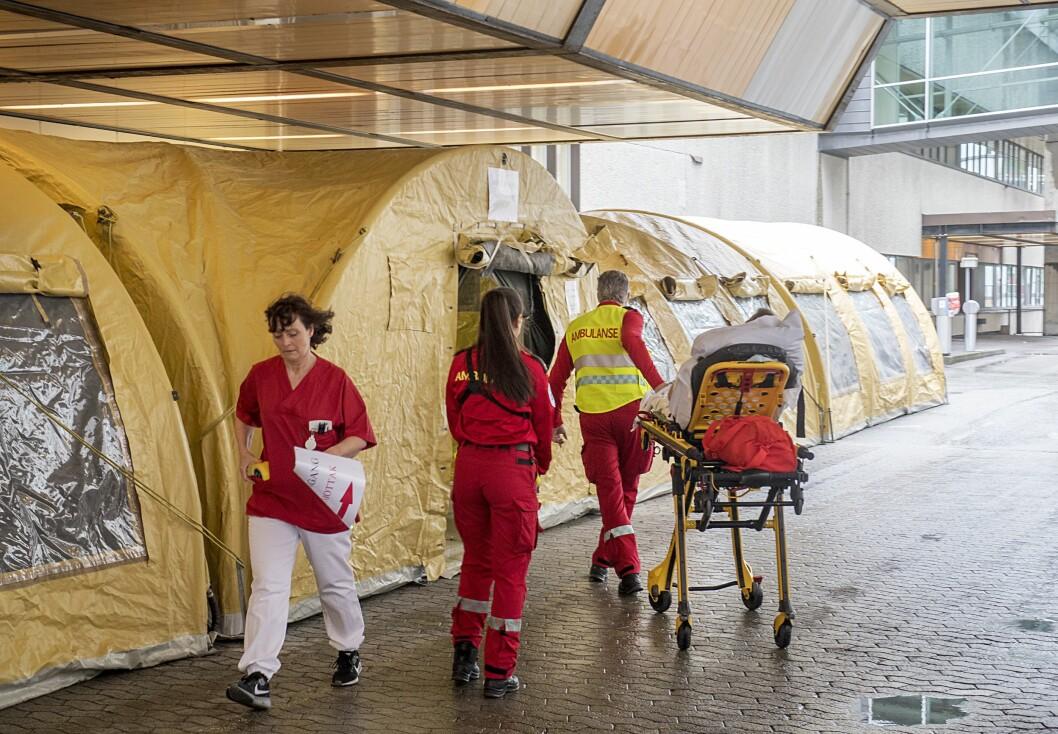 Test-telt utanfor Haukeland universitetssjukehus i Bergen.