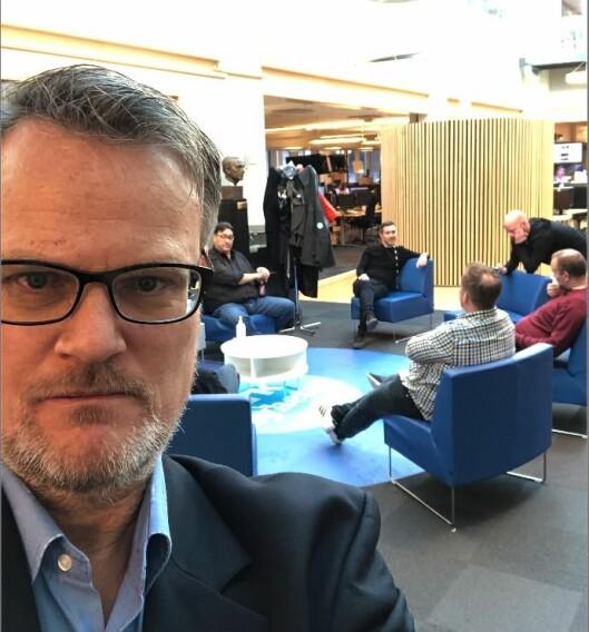 NRK sin Hallvard Sandberg. Her før ei Dagsnytt 18-sending.