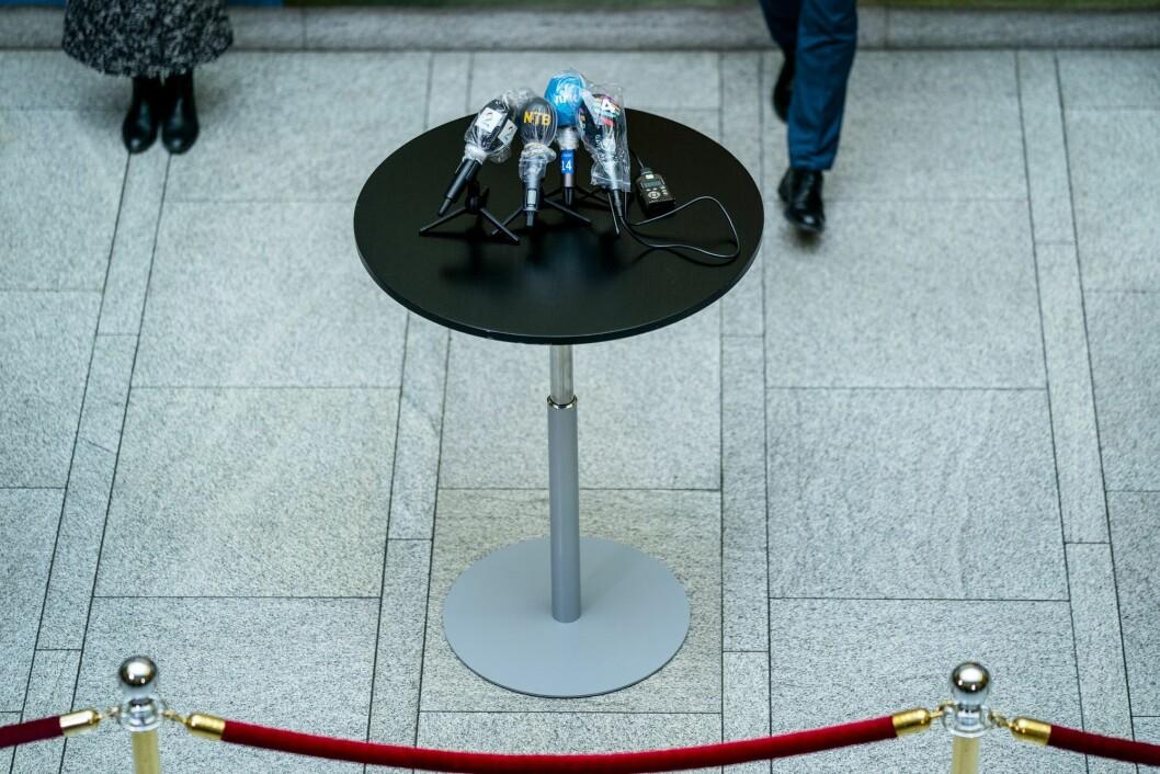 Pressens mikrofoner er dekket med plastposer under pressekonferansen på Stortinget etter forhandlingene med regjeringen om en tredje krisepakke.