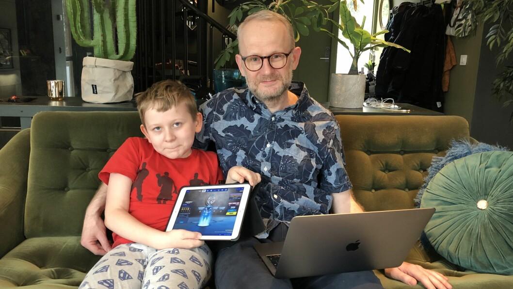 Journalistens redaktør Roger Aarli-Grøndalen - her sammen med sønnen Ville (8), som er ansvarlig for Fortnite-spilling i huset.