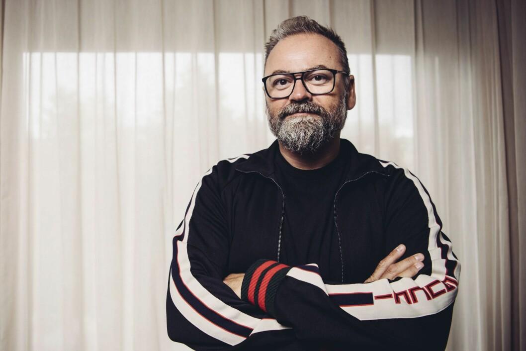 Den svenske programlederen Adam Alsing døde etter å ha blitt smittet av koronaviruset. Han ble 51 år gammel.