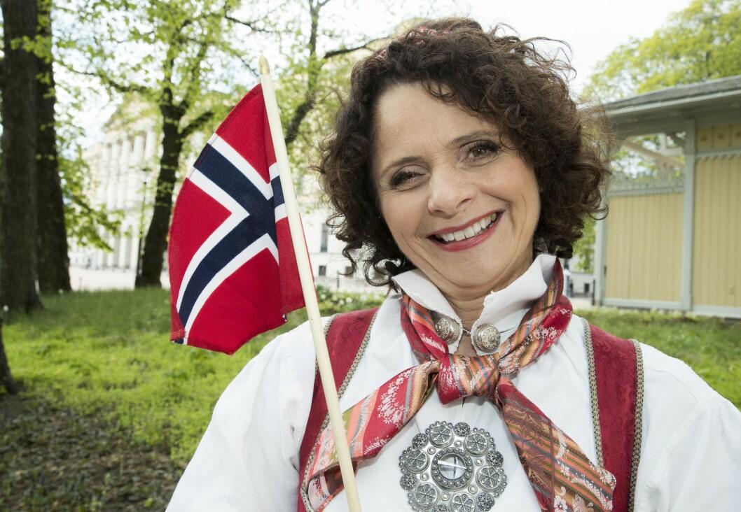 Nadia Hasnaoui stiller på slottsplassen i Oslo 17.mai for NRK TV. Arkivfoto.