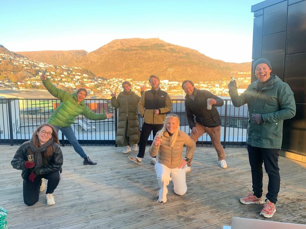Her feirer TV2-gjengen SKUP-diplom fra et tak i Bergen.