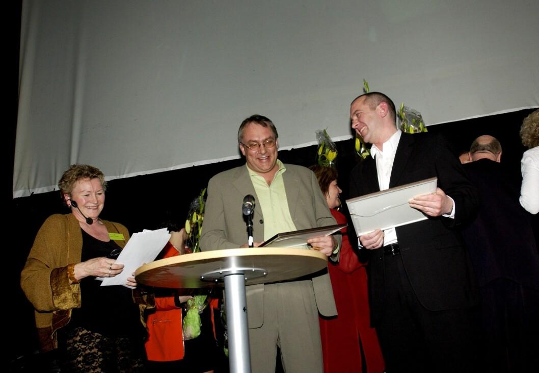ARKIV: I 2003 stakk VG av med SKUP-prisen med Lucia-saka. Her ved Rolf Widerøe og Tor Strand (t.v.) saman med leiaren for SKUP-juryen, Britt Tangen.