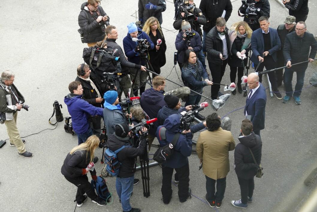 Advokat Svein Holden møtte pressa etter at drapssikta Tom Hagen vart framstilt for fengsling i Nedre Romerike tingrett onsdag.