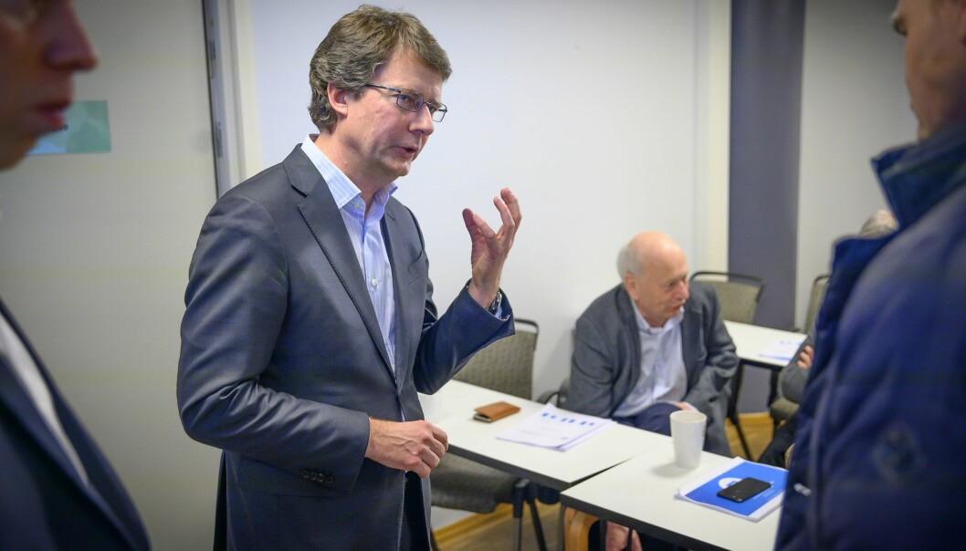 Konsernsjef Per Axel Koch i Polaris Media. I bakgrunnen er medieinvestor Odd Øie.