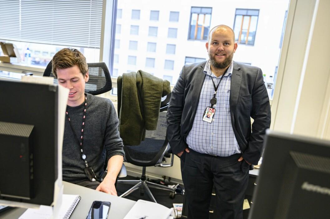 Ansvarlig redaktør Gard L. Michalsen (til høyre) gir seg med umiddelbar virkning. Her avbildet med nyhetssjef Steinar Rostad Breivik på E24-desken.