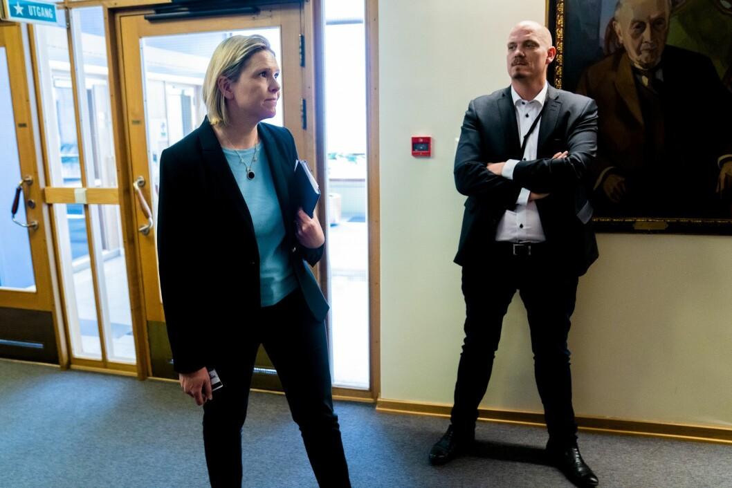 Sylvi Listhaug (Frp) og hennes rådgiver Kristian P. Larsson (til høyre)  før forhandlingene mellom Fremskrittspartiet og regjeringspartiene Høyre, KrF og Venstre omrevidertnasjonalbudsjett på Stortinget.