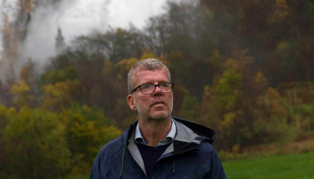 Jon Hustad framføre ein foss.