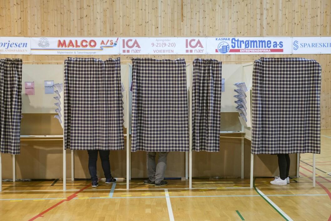 Her er en av ordførerkandidatene ved fjorårets lokalvalg i Kristiansand avbildet i det han gir sin stemme.