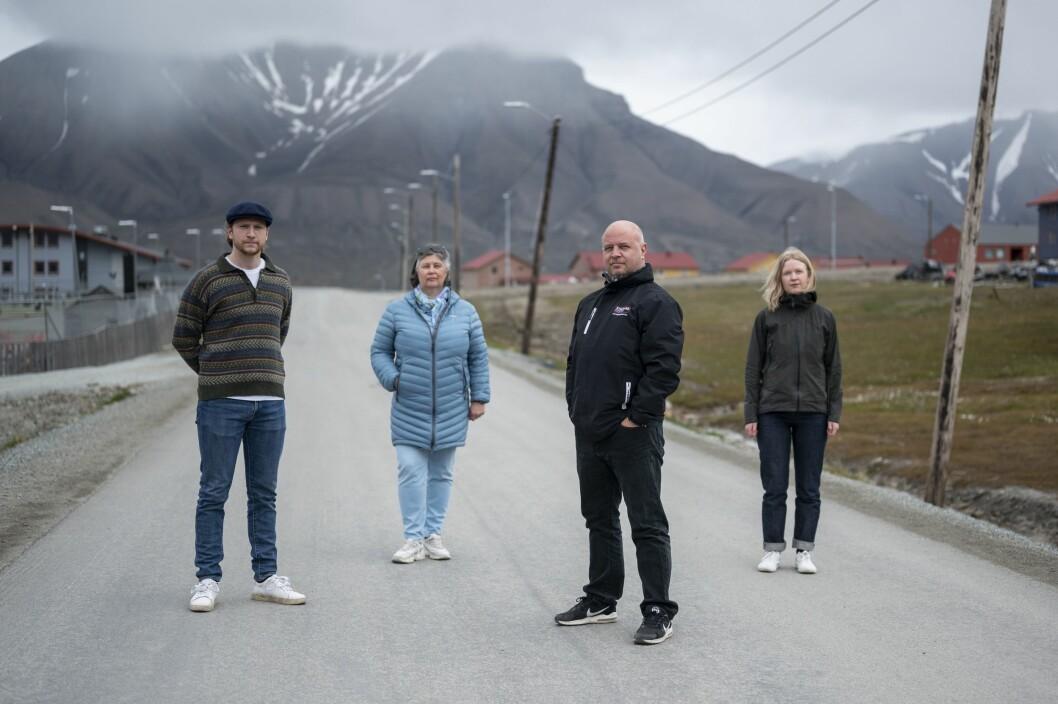 Sommervikar og fotojournalist David Engmo (fra venstre), redaktør Hilde Røsvik, journalist Audun Bårdseth og markedskonsulent Anna Prestsæter i Svalbardposten. Wenche Sørensen (marked) og Siri Åbø Wiersen (journalist) var ikke tilstede da bildet ble tatt.
