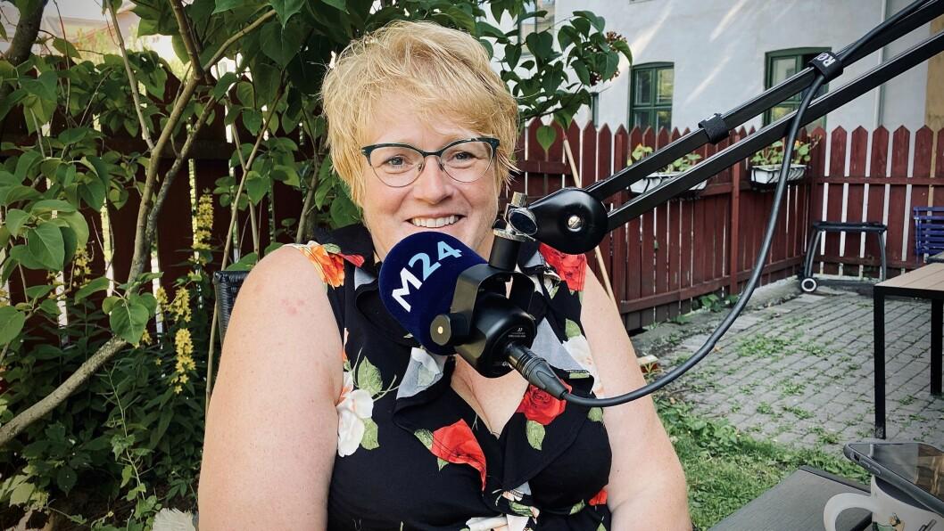 Tidligere medieminister og avtroppende partileder i Venstre, Trine Skei Grande, i hagen sin under innspilling av Pressepodden.