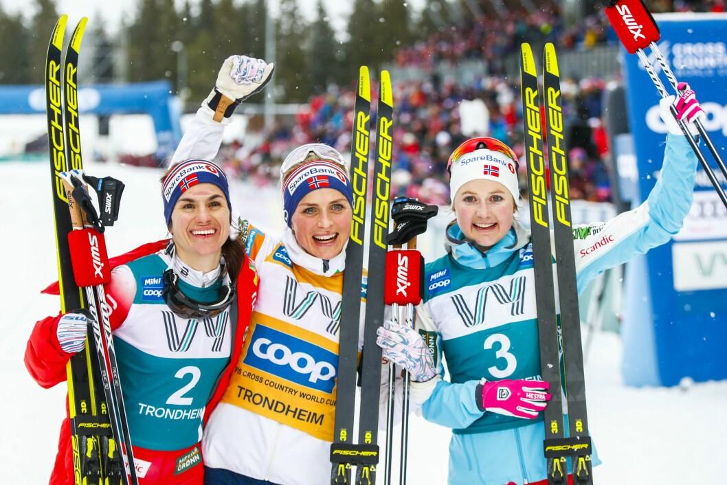 Therese Johaug (i midten), Heidi Weng (t.v.) og Ingvild Flugstad Østberg blir å se på på NRK og TV 2 fremover. Her er trioen avbilder under verdenscuprennet  i Granåsen i Trondheim tidligere i vinter.