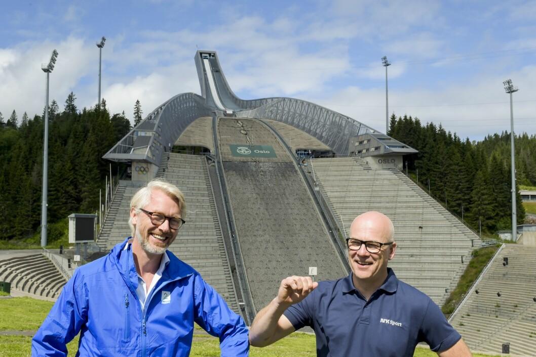 Olav T Sandnes, konsernsjef og sjefredaktør for TV 2, og Thor Gjermund Eriksen, kringkastingssjef i NRK, presenterer et samarbeid om tv-rettighetene for verdenscupen i langrenn.