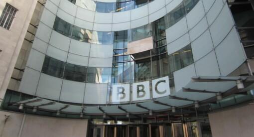 Betaler millionerstatning til journalist og ansatte