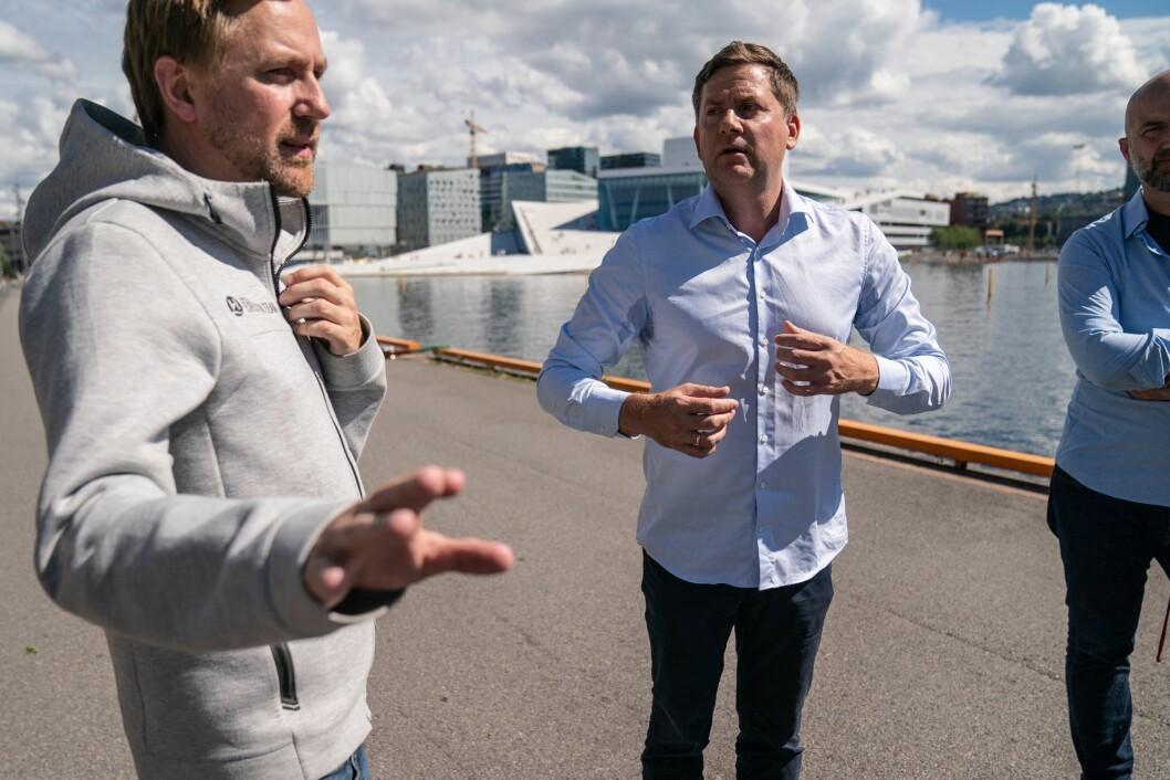 Konsernsjef i Hurtigruten Daniel Skjeldam (th) og kommunikasjonssjef i Hurtigruten, Rune Thomas Ege, utenfor Havnelageret i Oslo i forbindelse med koronautbruddet på Hurtigruten.