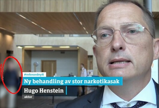 NRKs intervju med aktor, der man ser en av de tiltalte i bakgrunnen. Mannen er nå blitt sladdet.