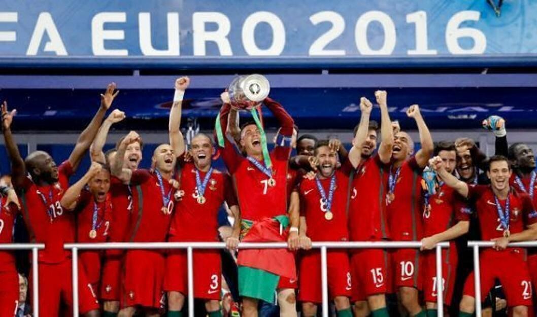 Cristiano Ronaldo og hans portugisiske lagkamerater feirer å ha blitt europamestere i fotball i 2016. Foto: NTB scanpix