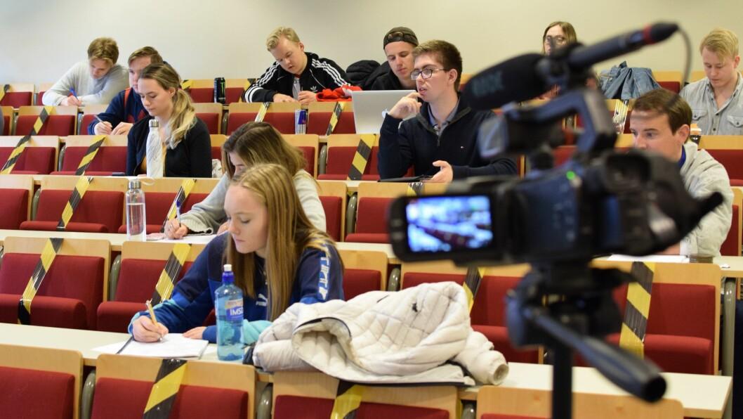 To år er gått siden forrige gang Nord universitet i Bodø hadde opptak til journalistutdanningen sin. Nå er nye studenter på plass i forelesningssalen, selvsagt med koronavennlig avstand.