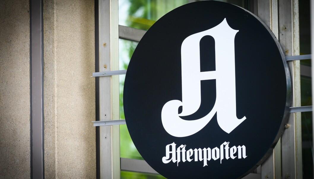 Aftenpostens logo utenfor Schibsteds kontorer i Akersgata 55 i Oslo sentrum.