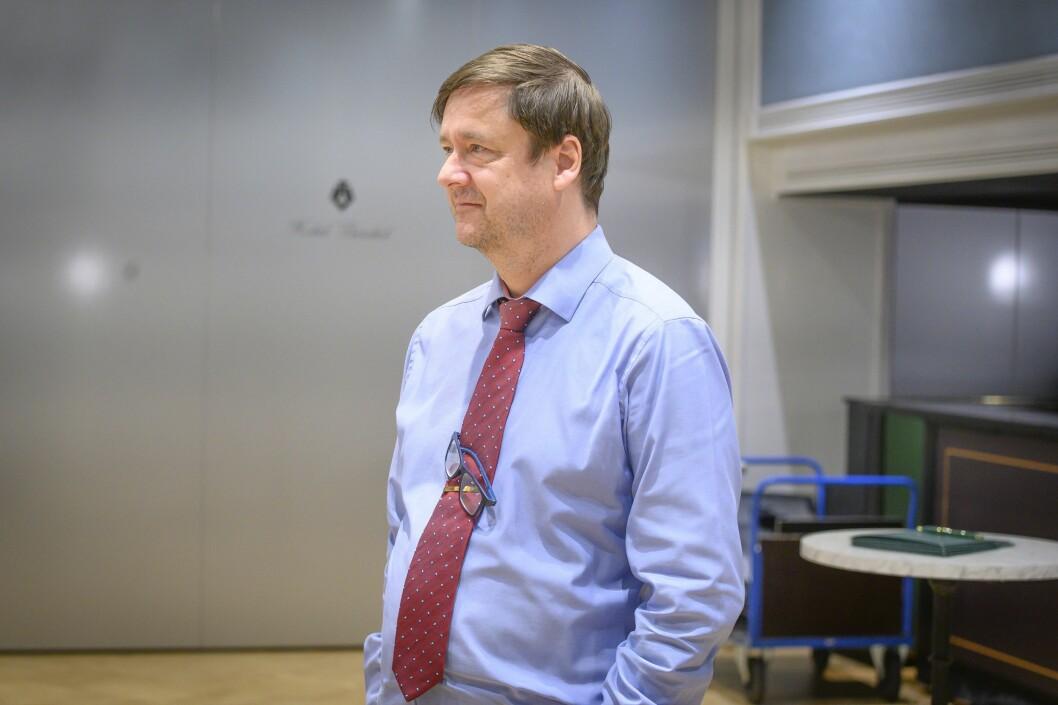 Advokat John Christian Elden krever av redaksjonene utleverer e-postene.