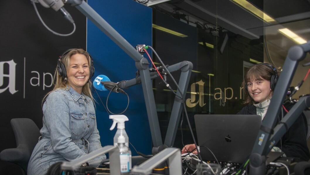 Aftenposten Junior-journalist Margrethe Lindebø Skeie (t.v) og Forklart-produsent Fride Næss Nonstadunder innspilling av Forklart Junior.