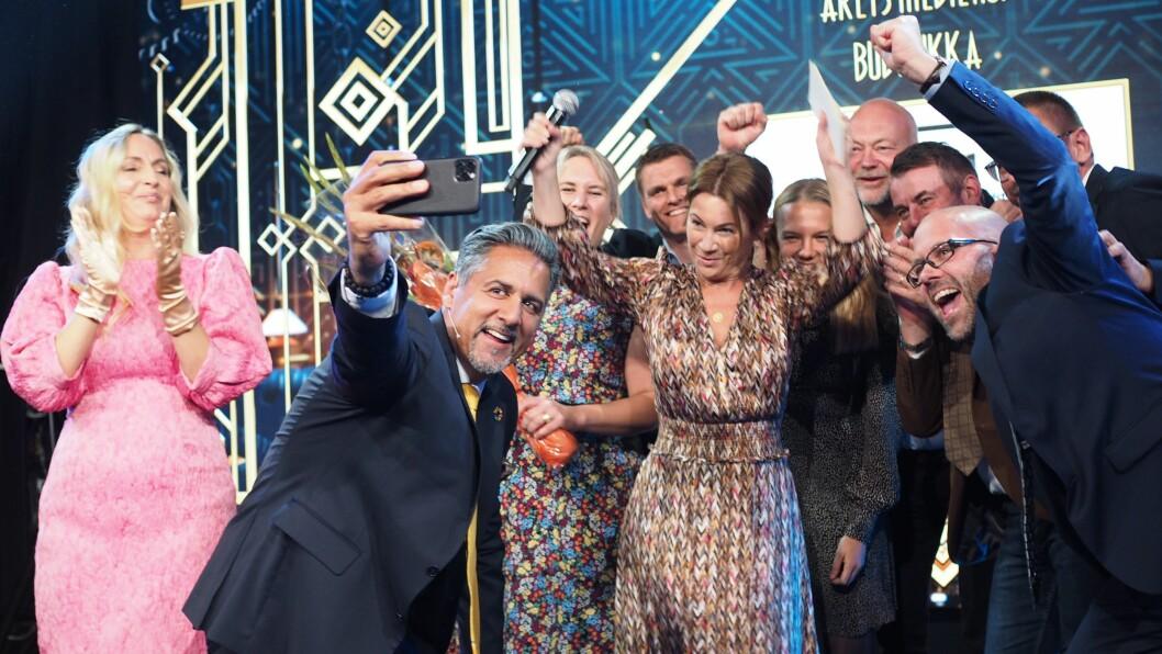 Tidligere i år vant Budstikka prisen for «Årets Mediehus». Nå kan de juble for stor vekst i sine digitale abonnenter. Her er redaksjonen avbildet under prisutdelingen sammen med kulturminister Abid Q. Raja.