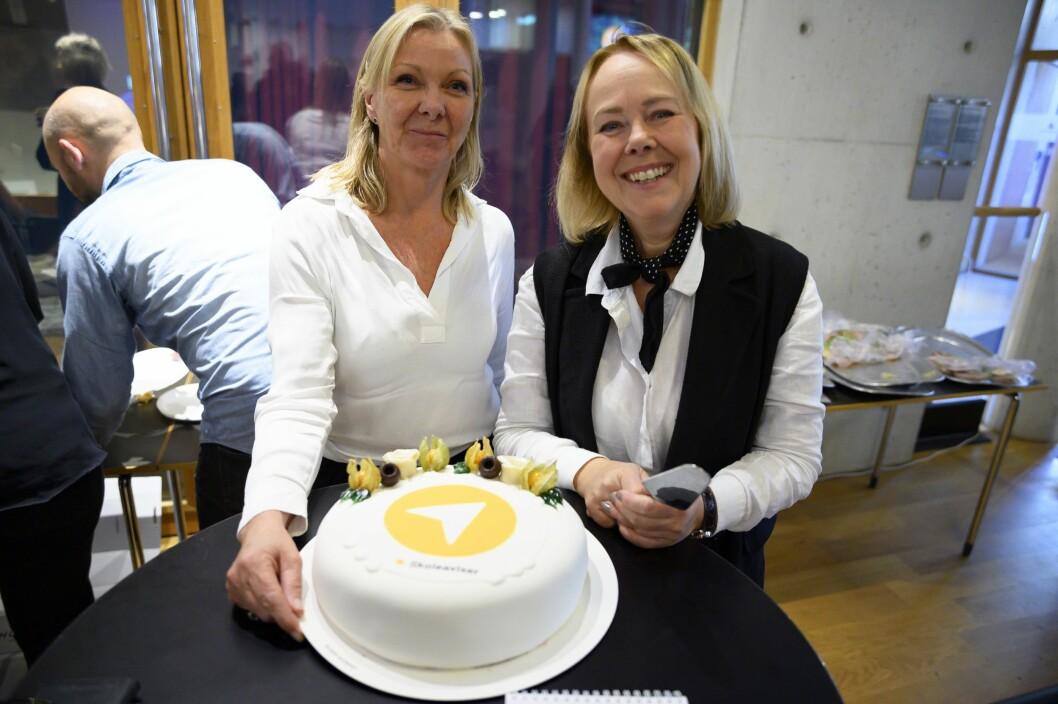 Anne Kari Gylder (til venstre) fra det norske utviklerselskapet Innocode og Veslemøy Rysstad fra MBL markerte lanseringen av den nye skoleavis-appen i fjor med kake. Nå kan de glede seg over ytterligere vekst i 2020.