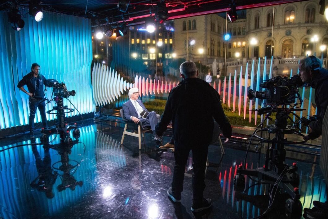 Programleder Ole Torp i stolen i NRKs valgstudio utenfor Stortinget i Oslo før stortingsvalget 2017.