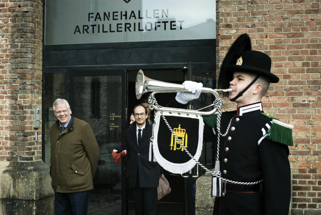 Her blir Erling Eikli overrasket med en fanfare på sin siste dag som redaktør i Forsvarets Forum. Ved sin side har han ansvarlig redaktør Stian Eisenträger.