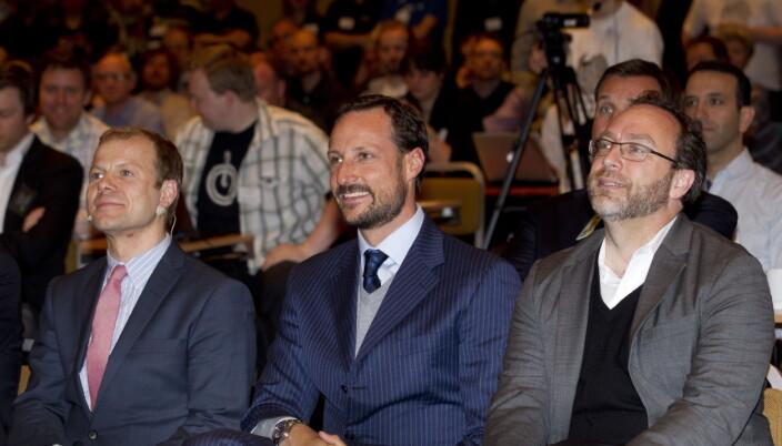 Daværende bistandsminister Heikki Holms, kronprins Haakon sammen med sammen med Wikipedia-gründeren Jimmy Wales avbildet i 2012.