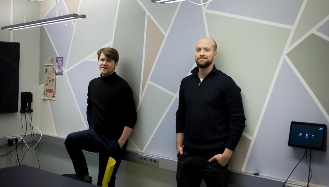 Klassekampens nyhetssjefer Lars Unar Larsen Vegstein (til venstre) og Simen Tallaksen ser frem til å få gravegruppen på plass.