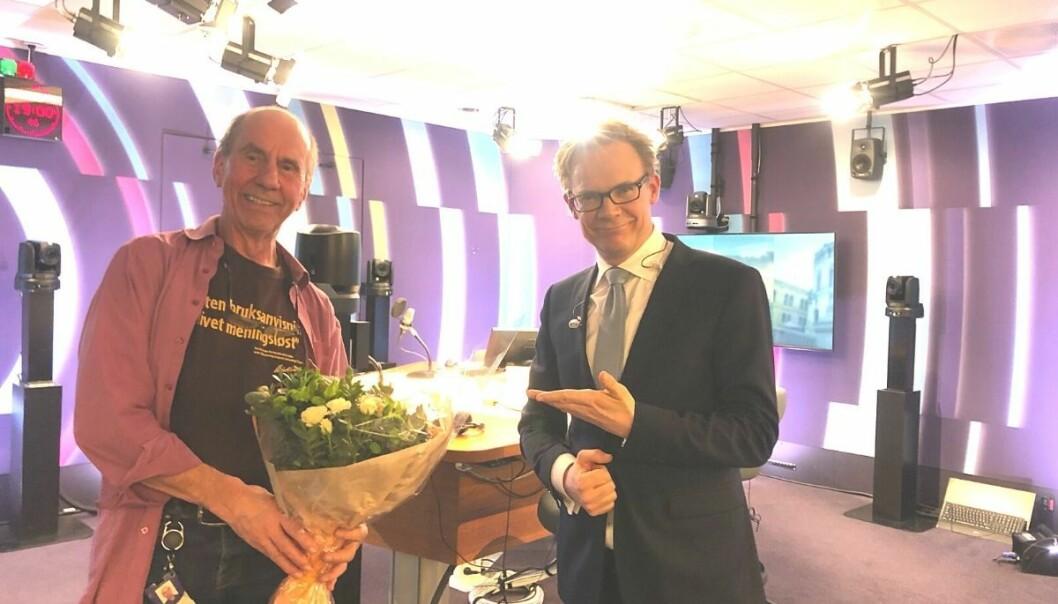 Stein Nybakk (til venstre) fikk blomster av programleder Espen Aas på sin siste dag i NRK.