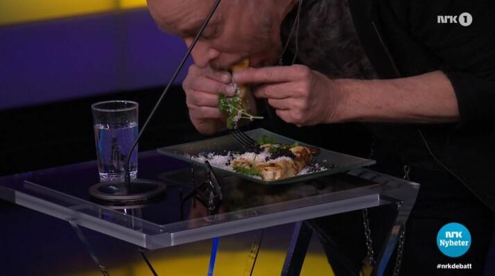 Her må Dagbladets Anders Grønneberg spise Tix' pannebånd på direkten