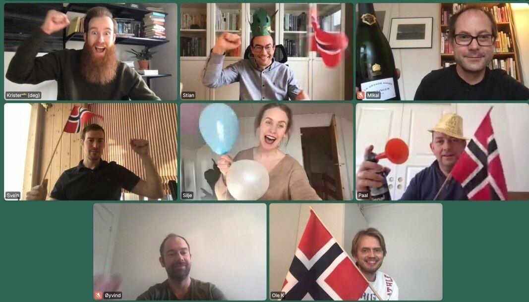 En samlet Forsvarets forum-redaksjon hentet frem flaggene for å feire millionrekorden.