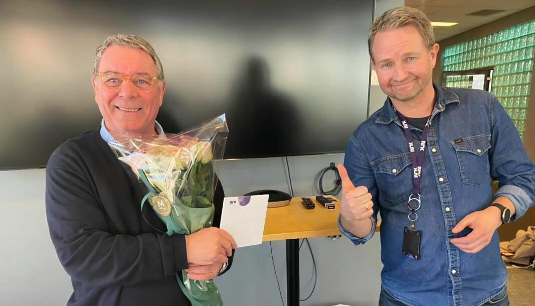 Svein Jacob Mathisen pensjonerer seg etter hele 33 år i jobben som journalist i NRK Rogaland. Her er han avbildet med redaksjonssjef Lars Navestad.