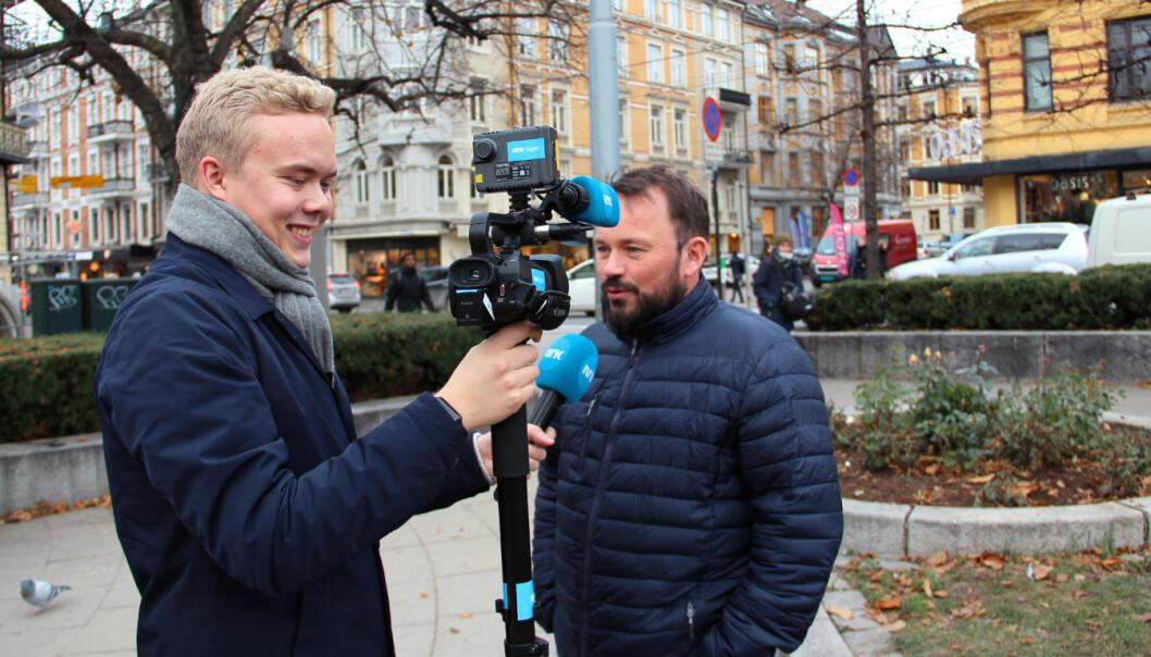 Anders Boine Verstad intervjuer Mikkel Gaup. Nå skal flere av Dagsrevyens reportasjer kjøres på samisk
