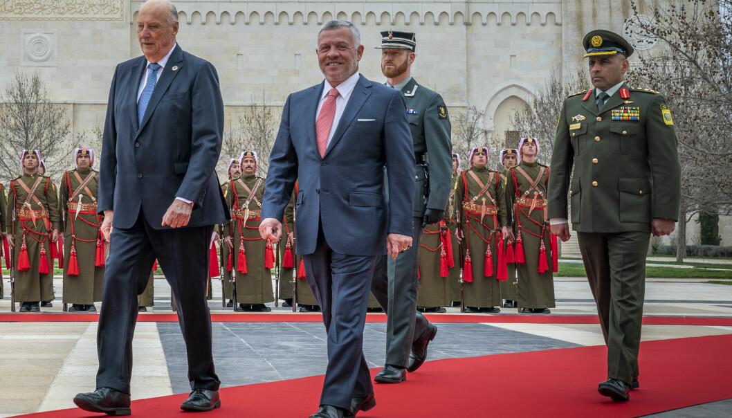 Kong Harald og Jordans kong Abdullah (i midten) avbildet under det norske kongeparets statsbesøk i Jordan i mars i fjor.