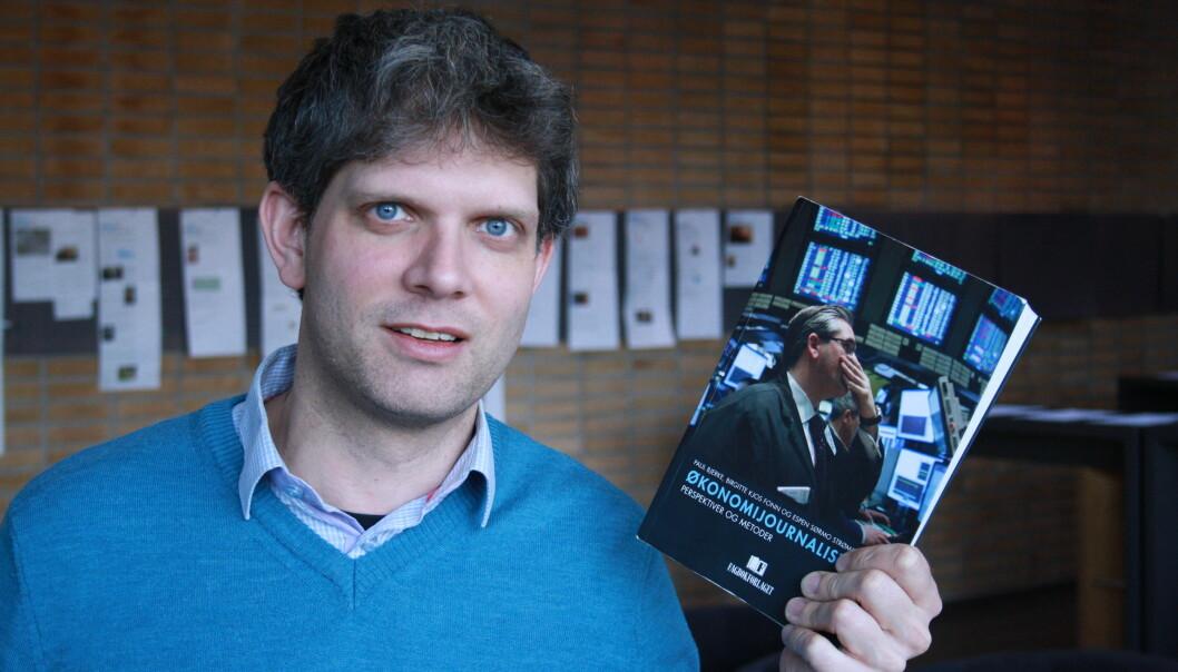 Høgskolelektor Espen Sørmo Strømme jobber med en ny bok om SKUP-rapporter. Her avbildet med hans forrige bok fra 2016 skrevet sammen med Birgitte Kjos Fonn (OsloMet) og Paul Bjerke (Høgskulen i Volda).