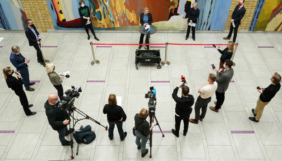 Et lite utvalg norske journalister og fotografer på jobb da Kjersti Toppe (Sp), Ingvild Kjerkol (Ap), Sylvi Listhaug (Frp) og Nicholas Wilkinson (Sv) holdt pressekonferanse tidligere i år.