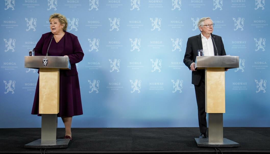 Koronakommisjonens leder Stener Kvinnsland (t.h) overleverte kommisjonens sluttrapport til statsminister Erna Solberg (H) i forrige uke. Pressens offentlighetsutvalg er kritisk til flere av funnene.