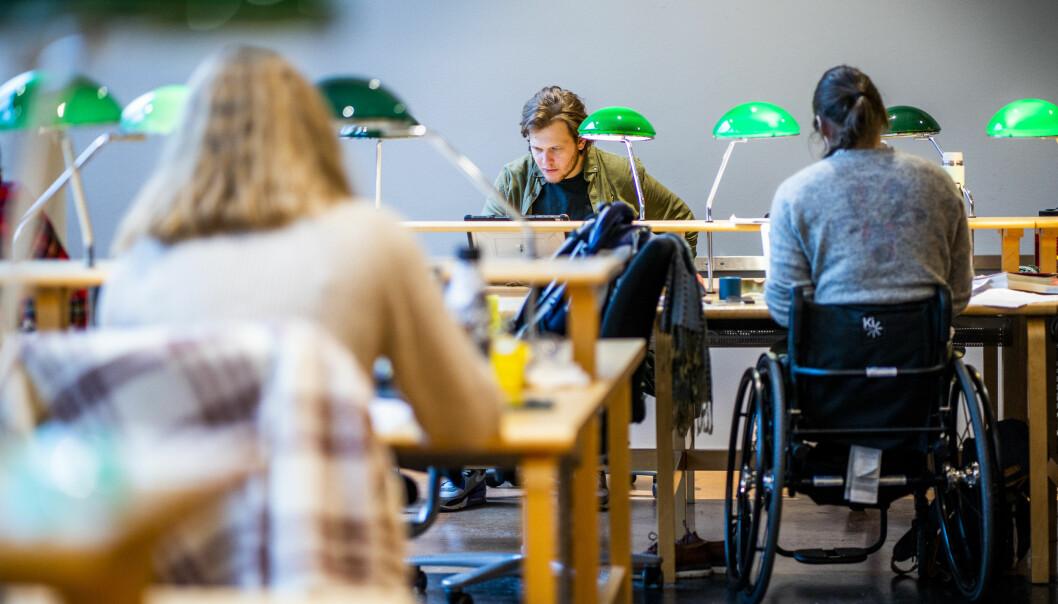 Illustrasjonsfoto av student på lesesal, på Universitetsbiblioteket på Blindern i Oslo.