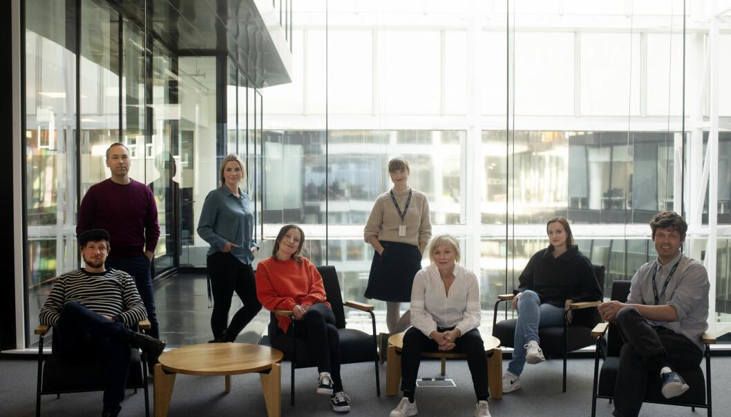 Disse står bak den nye BT-podkasten. Stående bak fra venstre: Rune Christophersen, Anna Magnus og Tonje Aursland. Sittende foran fra venstre: Henrik Svanevik, Anna Ofstad, Kjersti Mjør, Anne-Lise Synnevaag og Eivind Hjertholm Fiskerud.