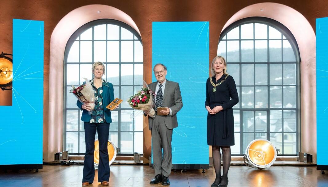 Prisvinnerne Linda Eide (fra venstre) og Gunnstein Akselberg, sammen med UiB-rektor Margareth Hagen.